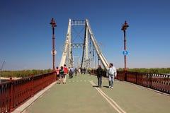 Una opinión el puente peatonal y la gente que da un paseo en él Imagen de archivo