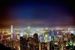 Una opinión escénica de la noche de los skyscarpers de Hong Kong, del vencedor Imagen de archivo libre de regalías