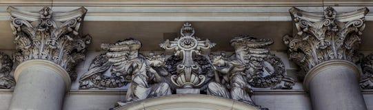 Una opinión exterior del primer sobre una composición escultural sobre la entrada de Berlin Cathedral imagen de archivo