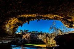 Una opinión Hamilton Pool hermoso, Tejas, en la caída, dentro de la gruta de la dolina Fotos de archivo libres de regalías
