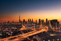 Una opinión hermosa del horizonte de Dubai, UAE según lo visto del capítulo de Dubai en la puesta del sol Imagenes de archivo