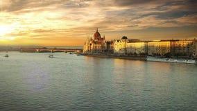Una opinión imponente el parlamento húngaro que construye sobre el río Danubio en la puesta del sol almacen de metraje de vídeo