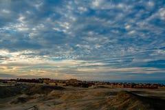 Una opinión mágica de la madrugada de las nubes y de las casas egipcias en la orilla del Mar Rojo fotografía de archivo libre de regalías