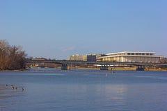 Una opinión sobre Juan F Kennedy Center para las artes interpretativas en capital de los E.E.U.U. del banco del río Potomac Fotografía de archivo
