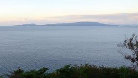 Una opinión sobre la bahía hermosa con las montañas Imagen de archivo libre de regalías