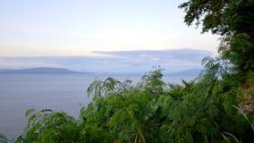 Una opinión sobre la bahía hermosa con las montañas Fotografía de archivo libre de regalías