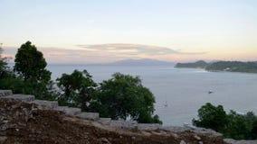 Una opinión sobre la bahía hermosa con las montañas Fotos de archivo libres de regalías