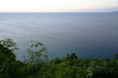 Una opinión sobre la bahía hermosa con las montañas Foto de archivo
