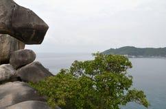 Una opinión sobre la bahía hermosa con las montañas Fotos de archivo