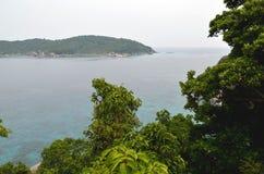 Una opinión sobre la bahía hermosa con las montañas Imagen de archivo