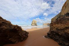 Una opinión sobre los 12 apóstoles, gran camino en Victoria, Australia del océano Imagen de archivo