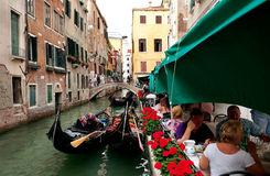 Una opinión sobre un canal con las góndolas en Venecia Foto de archivo