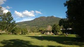 Una opinión sobre una montaña con los cielos azules Fotografía de archivo libre de regalías