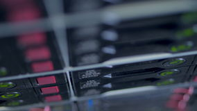 Una opinión superior cercana sobre los discos duros del servidor que escriben datos almacen de video