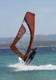 Una opinión trasera un windsurfer Foto de archivo libre de regalías
