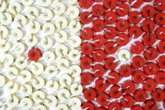 Una oposición de las arandelas rojas y blancas de la talla Imagen de archivo libre de regalías