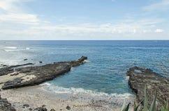 Una orilla rocosa en la playa Imagen de archivo libre de regalías