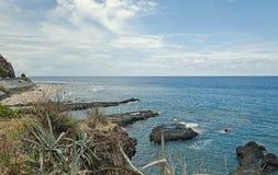 Una orilla rocosa en la playa Fotografía de archivo libre de regalías