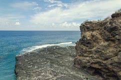 Una orilla rocosa en la playa Imagenes de archivo