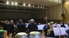 Una orquesta de los instrumentoes de viento editorial