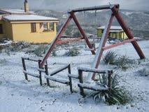 Una oscilación cubierta con nieve Fotos de archivo