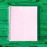 Una página en blanco del cuaderno en la opinión superior del cuaderno de madera de la oficina de la tabla para Fotos de archivo