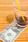 Una paga centesimi dei 50 e dell'un dollaro per la bevanda ed i biscotti Immagini Stock Libere da Diritti