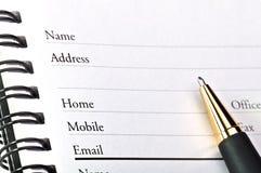 Una pagina in bianco del libro di indirizzo aperto. Immagine Stock