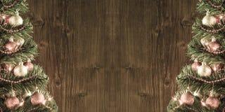 Una pagina di due alberi di Natale sopra il vecchio fondo di legno della parete Immagine Stock