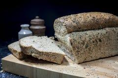 Una pagnotta seminata fresca di pane crostoso Immagini Stock Libere da Diritti
