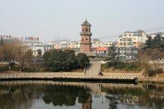 Una pagoda dal fiume a Fuyang, Cina Fotografie Stock