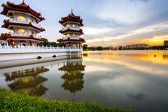 Una pagoda gemela vibrante en el jardín chino Singapoe de la orilla del lago Fotos de archivo