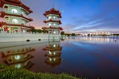 Una pagoda gemela vibrante en el jardín chino Singapoe de la orilla del lago Imagen de archivo