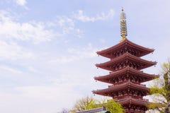 Una pagoda giapponese nel giorno soleggiato immagine stock