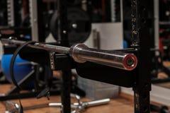 Una palestra con una barra di sollevamento della testa di legno e una cinghia di sollevamento sport, attrezzatura di sollevamento royalty illustrazione gratis