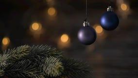 Una palla blu di due Natali e rami attillati stock footage