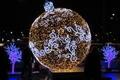 Una palla d'ardore multicolore enorme del ` s del nuovo anno su una via fotografia stock libera da diritti