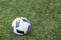 Una palla di calcio su erba Immagini Stock