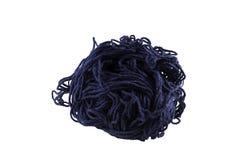 Una palla di filato blu per tricottare su un fondo bianco isolato Immagine Stock