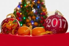 Una palla ed i mandarini di due Natali Fotografie Stock Libere da Diritti