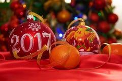 Una palla ed i mandarini di due Natali Fotografia Stock Libera da Diritti