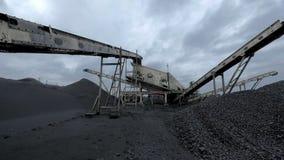 Una panoramica della macchina produttrice di carbone enorme alla miniera di carbone archivi video