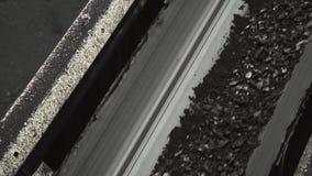 Una panoramica di un nastro trasportatore commovente con un carbone alla miniera di carbone archivi video