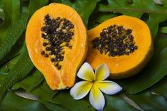 Una papaya rebanada por la mitad foto de archivo