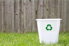 Una papelera de reciclaje afuera imagen de archivo libre de regalías