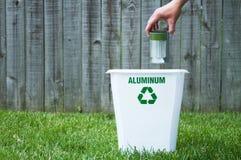Una papelera de reciclaje afuera foto de archivo libre de regalías