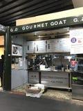 Una parada de la comida que vende productos de la cabra en el mercado de la ciudad, Londres imagen de archivo libre de regalías