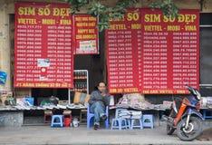 Una parada de la pulga que vende número de las tarjetas de SIM y de teléfono móvil Fotografía de archivo libre de regalías