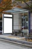 Una parada de omnibus con el anuncio quitado foto de archivo