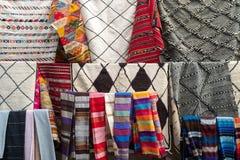 Una parada típica del mercado que vende una gama de ropa y de baratijas a los turistas en Marrakesh foto de archivo